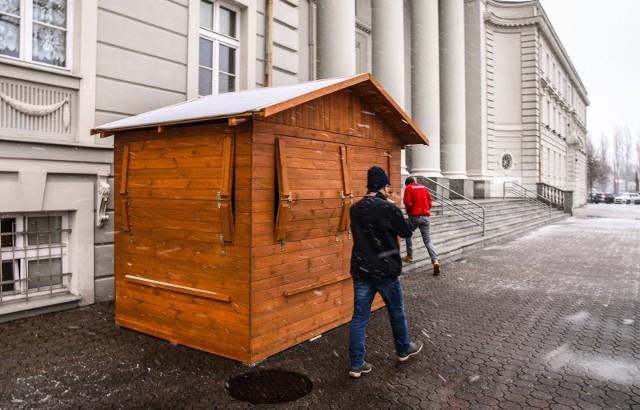 Codziennie o godz. 16 przed bydgoską bazyliką wydawane są posiłki bezdomnym. Teraz z tej drewnianej budki. Na tyłach świątyni stanęły też kontenery na odzież dla potrzebujących, a w kaplicy zamienionej na ogrzewalnię schronienie znaleźli bezdomni.