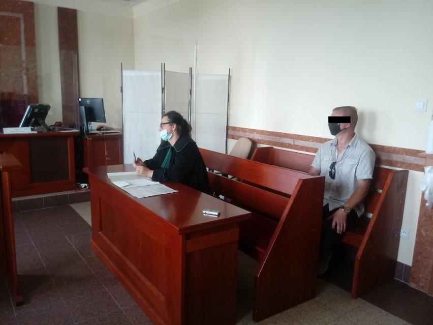 W procesie oskarżony Rafał K. odpowiada z wolnej stopy....