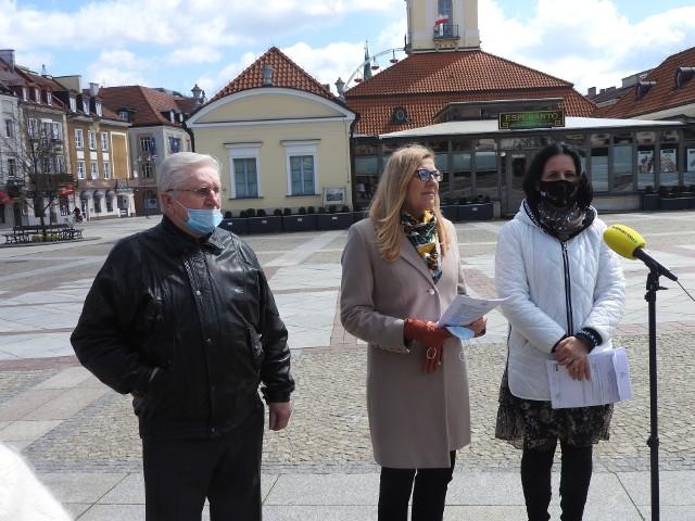 Radne Agnieszka Rzeszewska i Katarzyna Ancipiuk Z prawej)  zaprezentowały zaprezentowały na Rynku Kościuszki projekt obniżki stawek podatku od nieruchomości