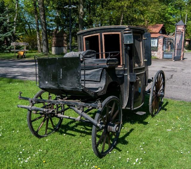 Prezentowane są stuletnie karety coupé, kareta fiakierska, powóz milord, czy różnego rodzaju bryczki, wolanty i wasągi.