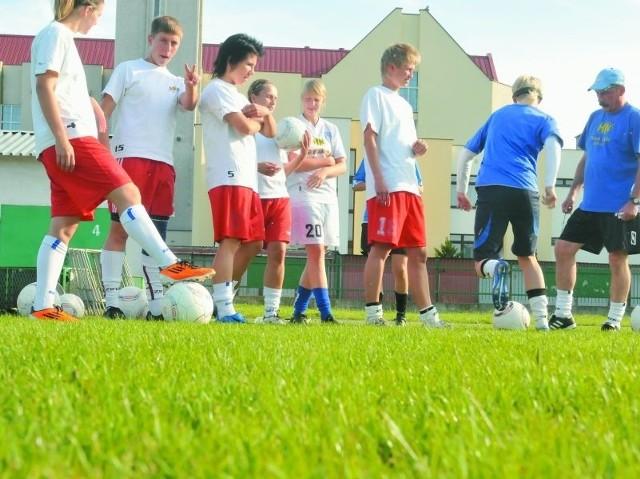 Na odnowionej murawie treningi bydgoskich piłkarek są większą przyjemnością.