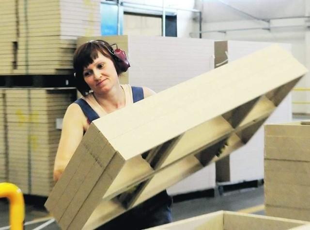 - Praktycznie w okolicy nie ma ludzi bezrobotnych, bo wszyscy mogą pracę znaleźć tutaj, no, chyba, że nie chcą... - uważa Justyna Mirek z Nowego Dworu pracująca na produkcji w Swedwoodzie (fot. Mariusz Kapała)