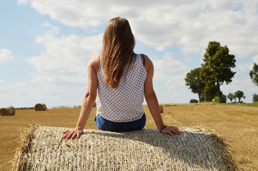 Rolnik spogląda, jak ktoś spaceruje po jego polu, ustawia...