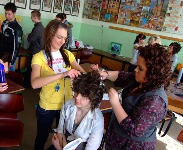 Dziewczyny kształcące się w zawodzie fryzjer pokazały swoje umiejętności.