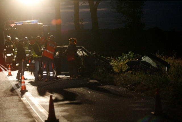 Tragiczny wypadek na łączniku pomiędzy autostradą A4 i Świdnicą. Nie żyją dwie młode osoby, trzecia walczy o życie