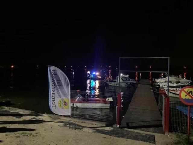 Kolejna tragedia nad wodą w tym sezonie. W Zalewie Sulejowskim w piątkowy wieczór utonął mężczyzna. CZYTAJ DALEJ NA NASTĘPNYM SLAJDZIE