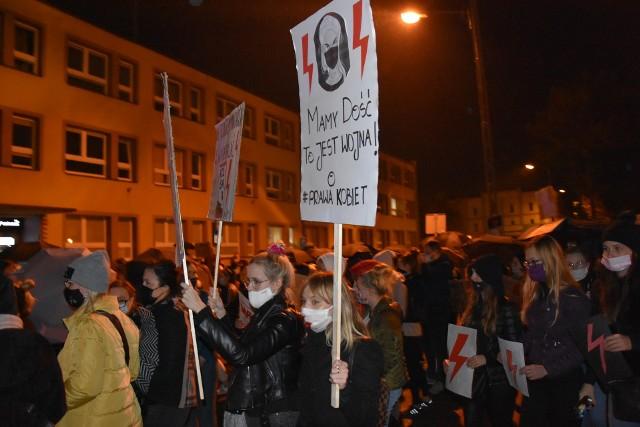 Setki osób protestowały w Golubiu-Dobrzyniu przeciwko orzeczeniu TK w sprawie aborcji