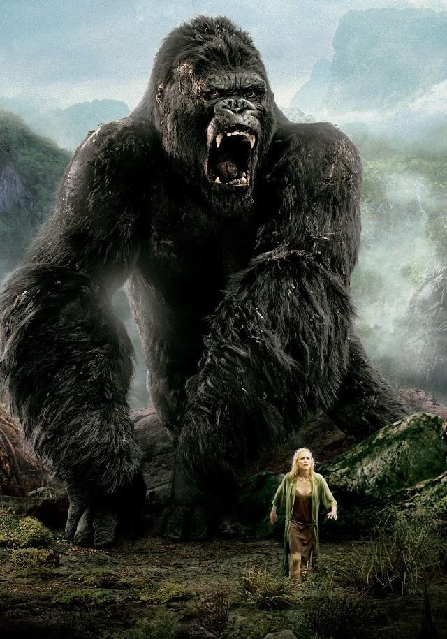 """""""King Kong""""Jesień 1932 roku. Apogeum wielkiego kryzysu i bezrobocia w Nowym Jorku. Wodewilowa artystka, Ann Darrow, traci pracę. Wyrzucona na bruk nie ma dachu nad głową, ani pieniędzy na utrzymanie. Rozpaczliwie próbuje znaleźć zajęcie w swoim fachu, jednak bez powodzenia. Błąkającą się po ulicach Nowego Jorku dziewczynę, wybawia z kłopotu producent filmowy Carl Denham, kiedy ta kradnie jabłko ze straganu. Od razu proponuje jej rolę w swoim najnowszym filmie. Choć Ann jest zdesperowana i głodna, odrzuca podejrzaną ofertę, ale kiedy dowiaduje się, że autorem scenariusza jest jej ulubiony dramatopisarz, Jack Driscoll, od razu zmienia zdanie. Podczas gęstej mgły ekipa dopływa do brzegu wyspy, którą, jak się okazuje, zamieszkują prymitywne plemiona, składające ofiary wielkiemu gorylowi, King Kongowi. Część załogi ginie, a reszta próbuje się wycofać, ale wtedy zostaje uprowadzona Ann, która ma być kolejną ofiarą rytualnego obrzędu poświęcenia młodej dziewczyny... czytaj więcejEmisja: TV Puls, godz. 20:00"""