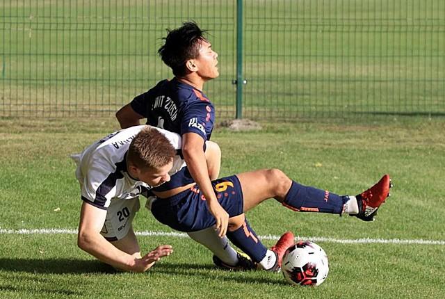 Shuma Nagamatsu (ciemny strój) w dwóch ostatnich sparingach Świtu zdobył pięć bramek