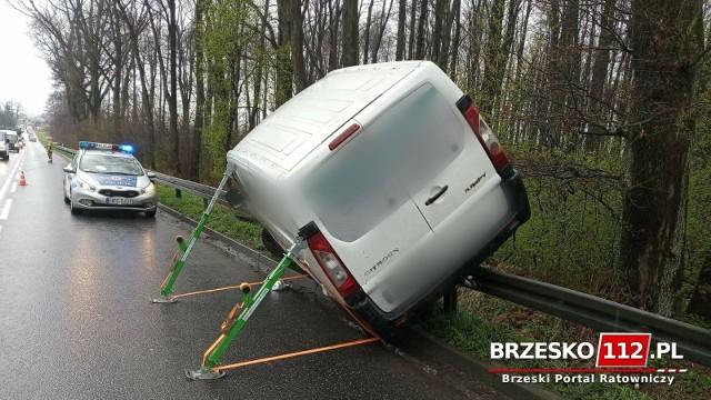 Dwa samochody wypadły z zakrętu na ulicy Leśnej w Brzesku, 16.04.2021