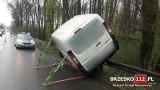 Brzesko. Dwa samochody wypadły z zakrętu na Leśnej, drugi z kierowców zagapił się na wypadek pierwszego pojazdu [ZDJĘCIA]