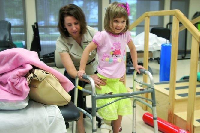 W kwietniu 2011 Małgosia przeszła pierwszą, najważniejszą operację nóżki. Na zdjęciu - pierwsze kroki dziewczynki po zabiegu.