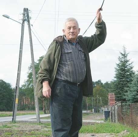 - No kto to widział, żeby przewody wisiały tak nisko! To jest niebezpieczne - pokazuje Aleksander Motykiewicz.
