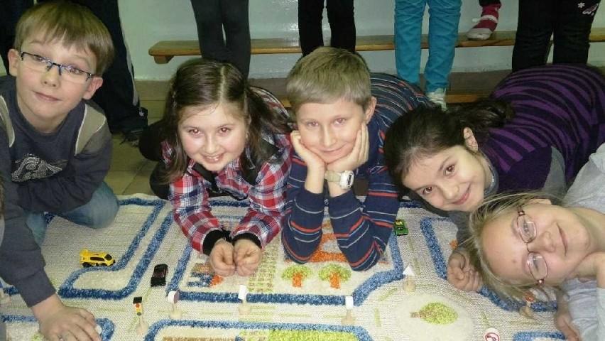 Uczniowie ze szkoły w Czostkowie są bardzo zadowoleni z trójwymiarowego dywanu, który otrzymali w nagrodę od koncernu Renault