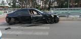Wypadek na ul. św. Jerzego w Białymstoku. Pijany kierowca BMW uderzył w słup i uciekł. Wpadł w pobliskim sklepie [ZDJĘCIA]