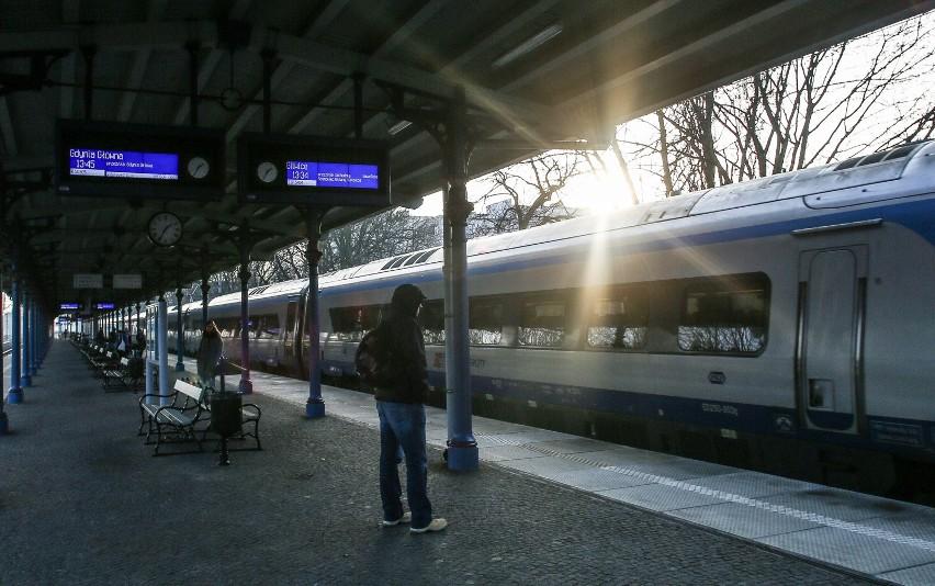 Jeśli na stacji nie ma kasy biletowej lub jest ona nieczynna, podróżni  powinni zgłosić się do konduktora już na peronie, jeszcze przed wejściem do pociągu.