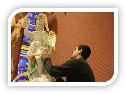 Tak wygląda figura Archanioła Gabriela, która przyjedzie do Nowego Targu. Modlitwa przed nią i nałożenie szkaplerza ma mieć niezwykłą duchową moc.