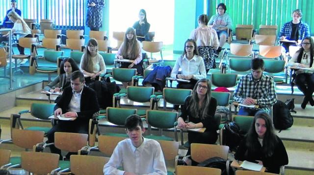 Uczniowie ze szkół całego regionu rozwiązywali zadania językowe ułożone przez studentów uniwersytetu. - Trochę się stresujemy, ale jesteśmy dobrze przygotowani - mówili uczestnicy konkursu.