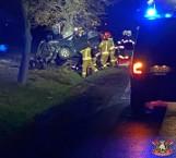 Tragiczny wypadek w Kuklinowie. Samochód zmiażdżony po uderzeniu w drzewo. Nie żyje młoda kobieta