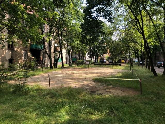 Plac zabaw na ul. Kossaka-Lenartowicza w Bytomiu zostanie odtworzony. Zobacz kolejne zdjęcia. Przesuwaj zdjęcia w prawo - naciśnij strzałkę lub przycisk NASTĘPNE >>>