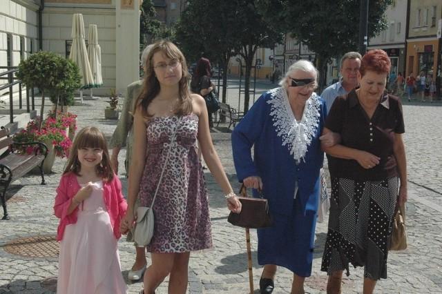 Maria Przyszlakowska, świeżo upieczona stulatka, przyszła na uroczystość do ratusza z rodziną