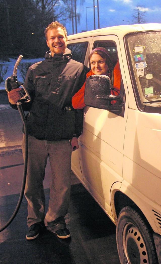 Katowice, Lukoil. Gerhard Buenemann i Andrea Slaoui ze Szwajcarii wracają ze świąt u rodziny w Polsce. Jak widać z cen są zadowoleni
