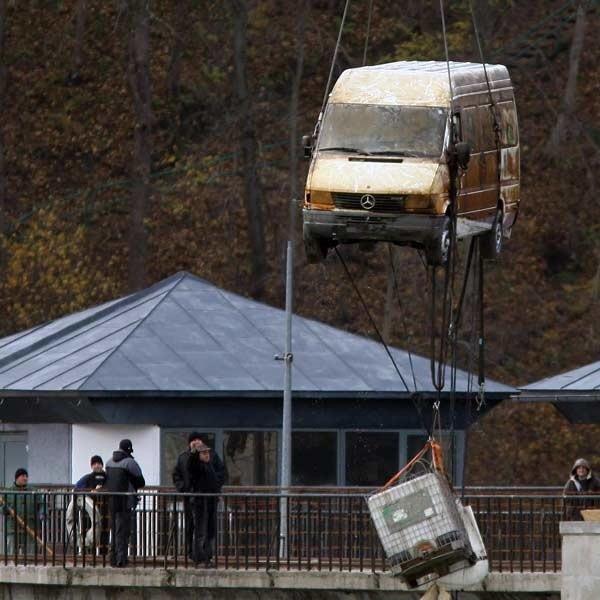 Mercedesa, ze zwłokami mężczyzny, wyciągnięto z zalewu Myczkowieckiego 30 października ub. r