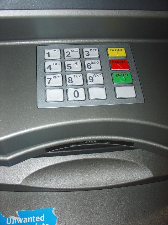 """""""Zbliżeniówki"""" mają istotną zaletę - pozwalają na szybsze płatności, w dodatku bez podawania PINu (przy jednorazowych płatnościach poniżej 50 zł)."""