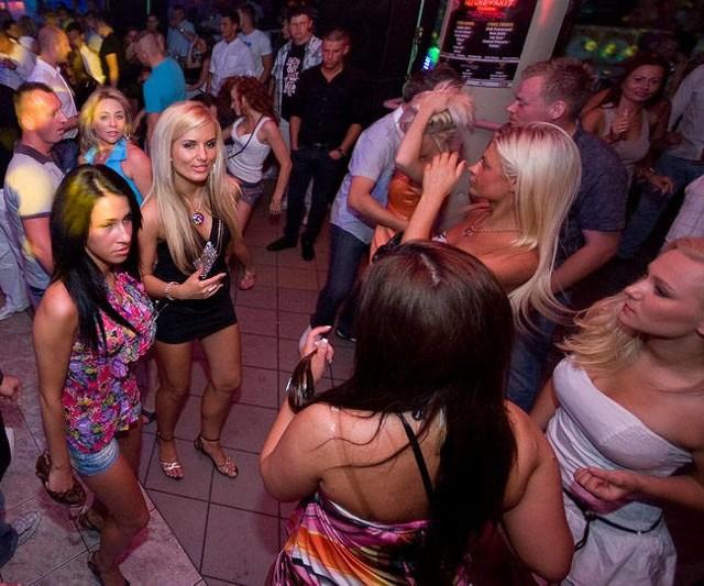 Jak przed laty wyglądały imprezy w regionie? Tym razem sięgnęliśmy do 2010 roku, do fotografii z klubu Senso, gdzie bawiło się mnóstwo turystów oraz mieszkańców Koszalina i okolic. Zobaczcie zdjęcia!