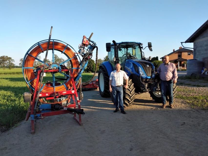 Od lewej: Kazimierz Morawiec i Artur Ptak, a obok maszyny...