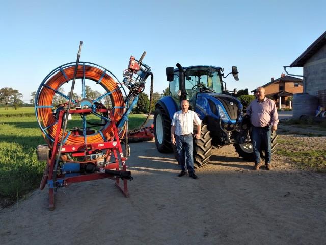 Od lewej: Kazimierz Morawiec i Artur Ptak, a obok maszyny kupione przez spółkę wodną.