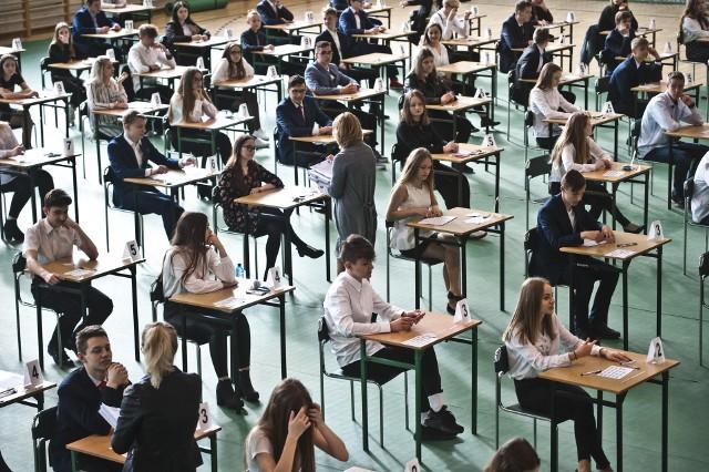 Młodzież dziś bardziej przejmowała się tym, co zawierają arkusze egzaminacyjne, niż tym, kto siedzi w komisji albo czy kolejne dni egzaminów odbędą się bez przeszkód. Mimo strajku panowała jak zawsze atmosfera skupienia.