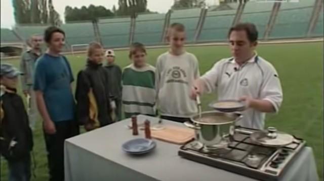 Lato 2000. Robert Makłowicz gotuje na Stadionie Śląskim i częstuje kibiców Ruchu Chorzów.Zobacz kolejne zdjęcia. Przesuwaj zdjęcia w prawo - naciśnij strzałkę lub przycisk NASTĘPNE