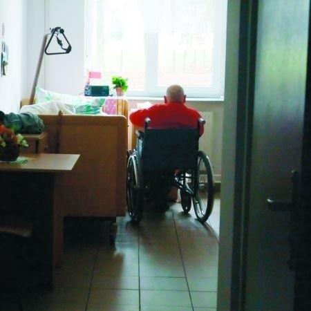 Do pokoi, w których żyją chorzy i starsi ludzie, zaglądamy bez pukania. I żaden z podopiecznych się temu nie dziwi. Są przyzwyczajeni do zupełnego braku intymności.