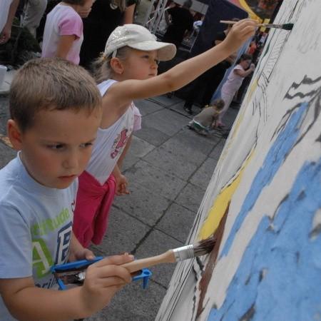 Pięcioletni Szymon Gryszkiewicz i siedmioletnia Julia Nieczkowska bawili się wyśmienicie. Malowali, malowali i malowali bez końca.