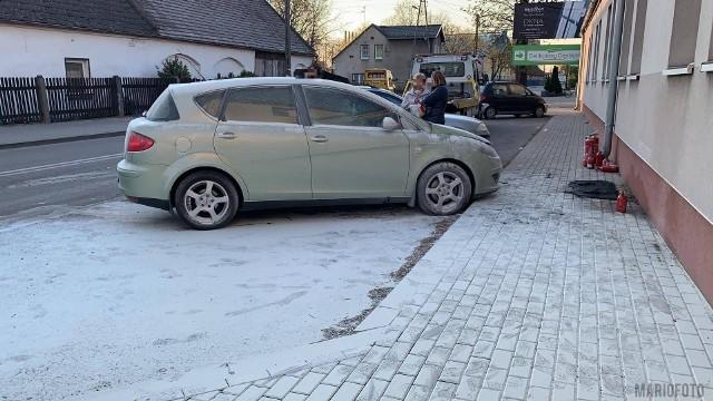 Informację o pożarze samochodu przy ulicy Wiktora Gorzołki w Opolu dyżurny straży otrzymał w poniedziałek o godz. 18.09. Na miejsce pojechały 4 jednostki straży (dwie jednostki JRG nr 1 Opole, OSP Czarnowąsy i JRG nr 2 Opole). Według wstępnych ustaleń przyczyną pożaru było zwarcie instalacji elektrycznej. Nikt nie odniósł obrażeń.