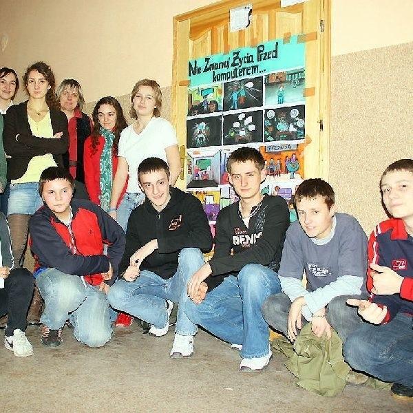 Klasa Iiic przy swoim plakacie