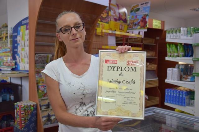 Natalia Owczarek z dyplomem z poprzedniej edycji naszej akcji. W tegorocznej sklep Jadwigi Czajki też już bierze udział.