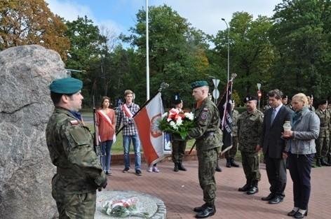 Uroczystości przed pomnikiem gen. Tadeusza Bora-Komorowskiego w Grudziądzu