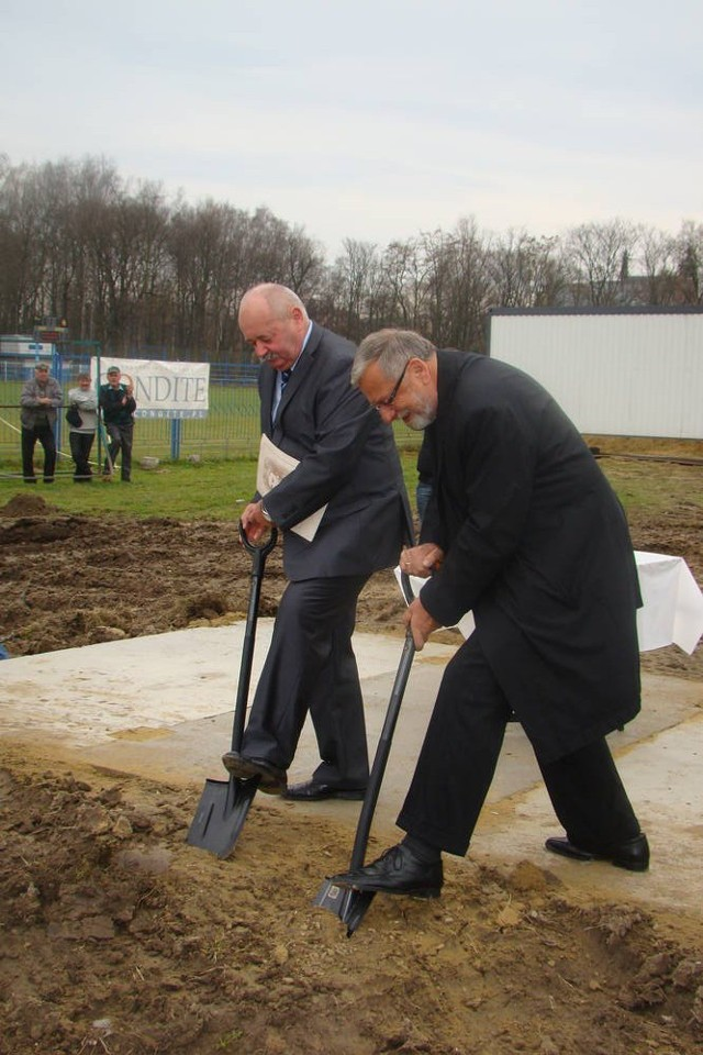 W przypadku budowy pływalni współpraca gminy z powiatem zakończyła się na wbiciu łopaty