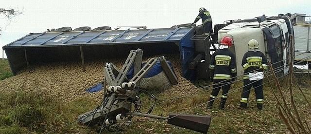 Kierowca ciężarówki skręcił tak niefortunnie, że samochód wjechał do rowu i uderzył w słup.