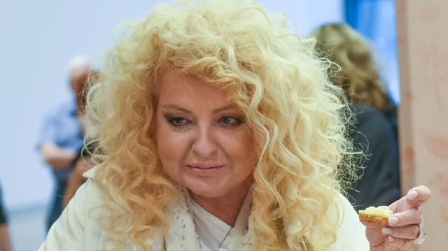 """5 marca na antenie TVN wystartuje 21. sezon """"Kuchennych rewolucji"""". Przed jego rozpoczęciem na stronie programu programu opublikowano ranking najobrzydliwszych dań, których spróbowała w poprzednim sezonie Magda Gessler, zanim rozpoczęła wprowadzanie swoich zmian w danym lokalu. Wśród nich znalazły się m.in. polędwiczki z piachem, tatar jak guma do żucia i pizza, która nadawała się do """"wyfrunięcia z lokalu"""". Zobacz, które dania i z jakich restauracji znalazły się w rankingu --->"""