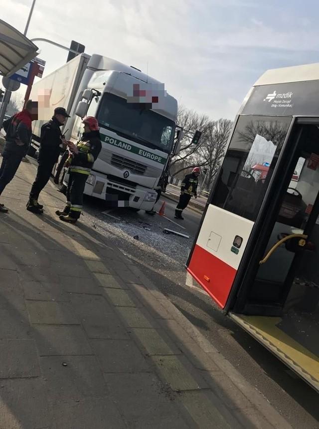 Do kolizji ciężarówki z autobusem doszło w poniedziałkowe przedpołudnie na ulicy Szarych Szeregów.