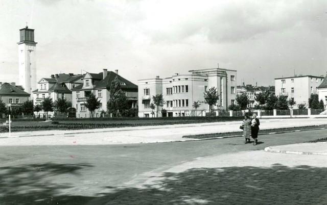 W okresie międzywojennym  inowrocławski zdrój przeżywał  czas wielkiego rozwoju. Budowano obiekty lecznicze w Solankach, ale też w pobliskich ulicach, w tym właśnie Wilkońskiego, stawiano pensjonaty i wille. Na zdjęciu: szeroka perspektywa na ul. Wilkońskiego od strony Solanek (lata 40.)