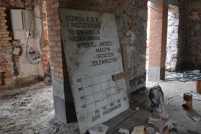 """Podczas prac remontowych w ścianach i posadzce wykryto m.in. takie """"cudeńka"""", pamiętające dawno minione już czasy w Nowej Soli... 500 procent normy? No jasne! Podwijamy rękawy i jazda!"""