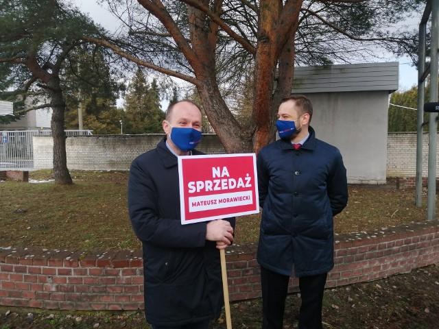 Posłowie KO, Marek Sowa i Aleksander Miszalski, przed bazą paliw w krakowskiej Olszanicy. Uważają, że w wyniku fuzji Orlenu i Lotosu może ona zostać sprzedana