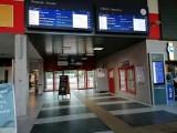 Dworzec PKP w Zielonej Górze i problemy. - Miasto wojewódzkie, a wysikać się nie ma gdzie! Chyba że w krzakach - skarżą się pasażerowie