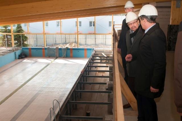 Władze gminy Świecie z wizytą na basenie w Przechowie.