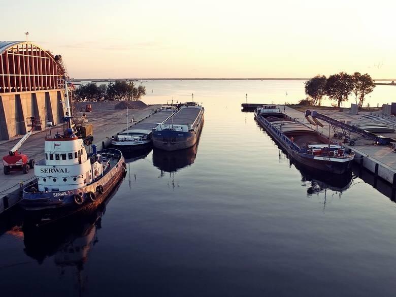 Stepnica - można tu dotrzeć nie tylko samochodem, ale też stateczkiem czy jachtem. Na miejscu działają aż cztery przystanie żeglarskie. Obszar jest gratką dla wędkarzy i kajakarzy. Miejscowość słynie też z portu rybackiego i dań ze świeżych ryb. Po obiedzie warto odwiedzić też wieżę widokową na górze Zielonczyn, z widokiem na panoramę Puszczy Goleniowskiej.