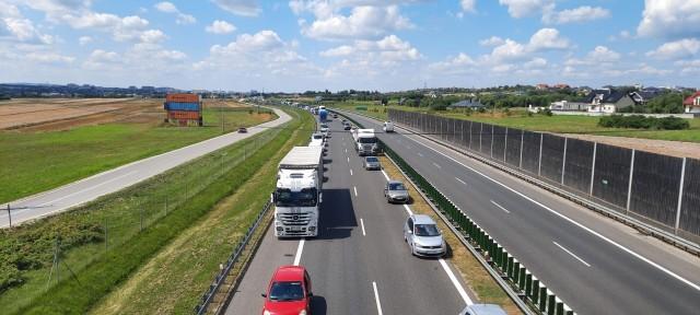 W związku z awarią ciężarówki, na drodze S 74 przed rondem w Cedzynie powstały wielkie korki. Na szczęście kierowcom udało się utworzyć piękny korytarz życia.
